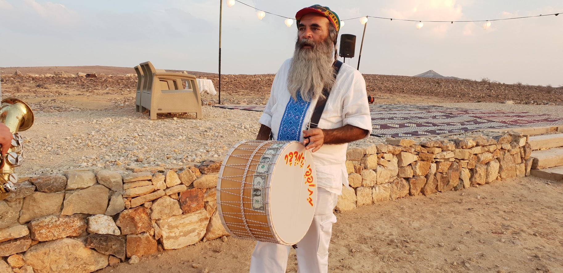 חתונה במדבר עם מתופפים
